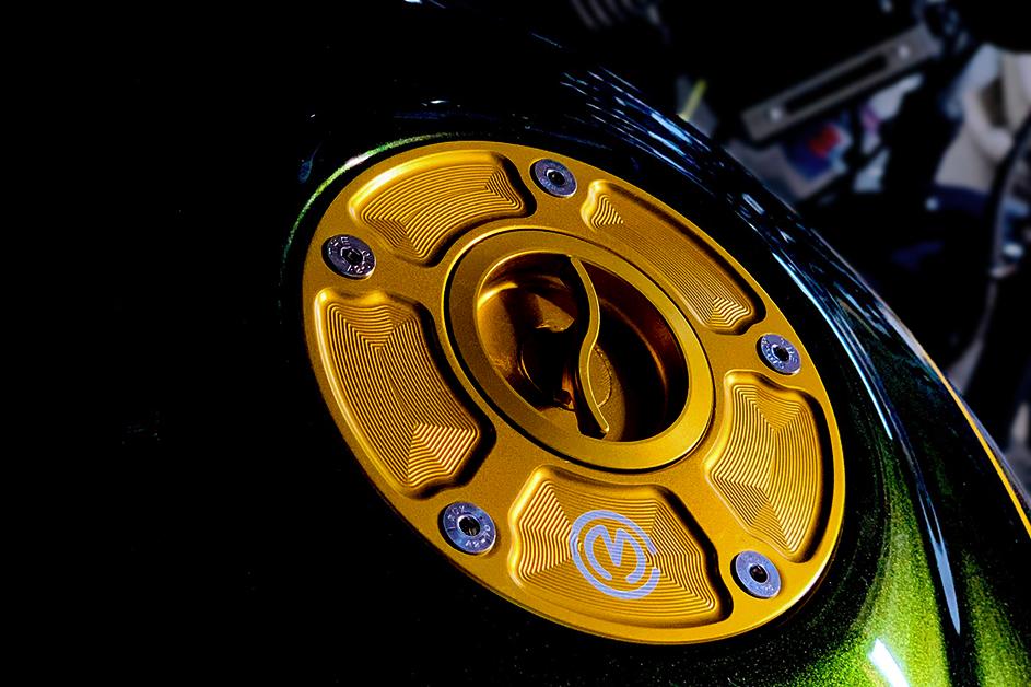 【Kawasaki Z900RS】上質な質感。フューエルタンクに映える削り出しタンクキャップ